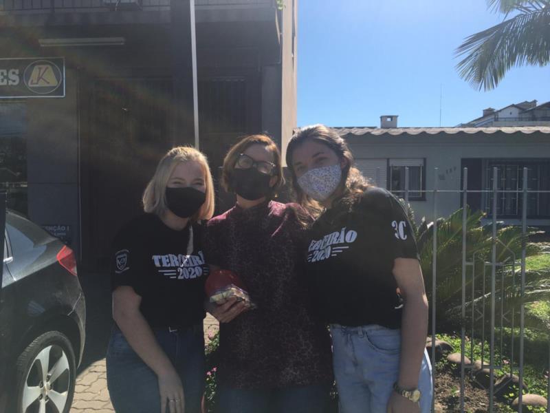 Afastados pela pandemia, alunos de escola em Santa Cruz fazem homenagem para professores