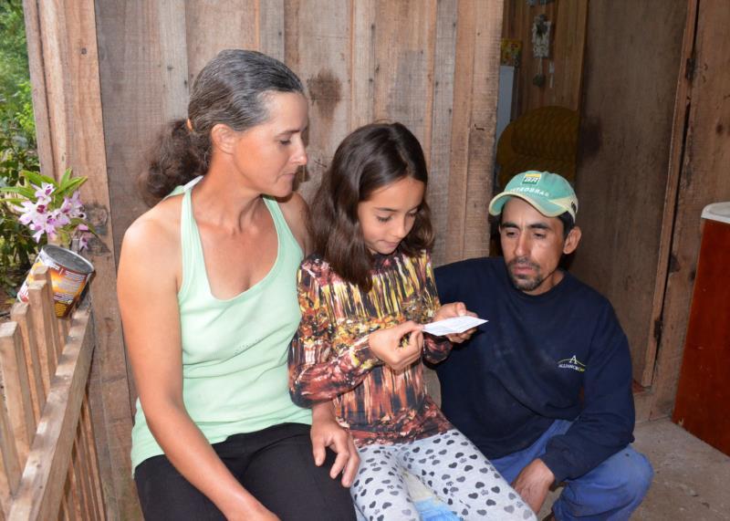 Alice, de nove anos, é quem auxilia os pais lendo bilhetes e documentos