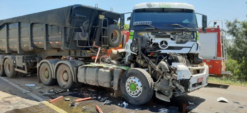 Acidente entre caminhões deixa uma pessoa morta na BR-290 em Pantano Grande