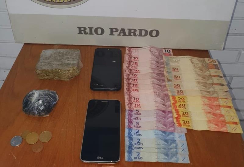 Com rapaz foram encontradas 227 gramas de maconha, 100 gramas de cocaína e R$ 404,15