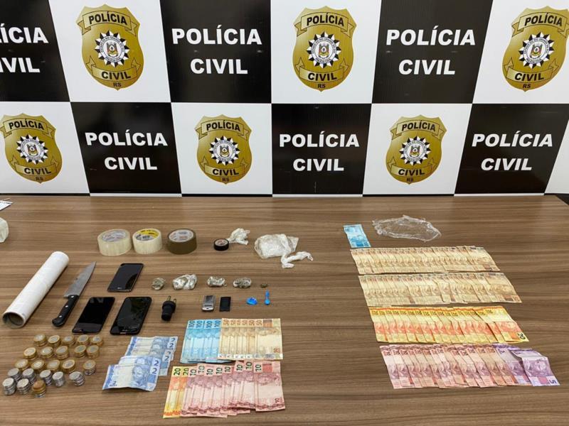 Droga, dinheiro e materiais do tráfico foram apreendidos