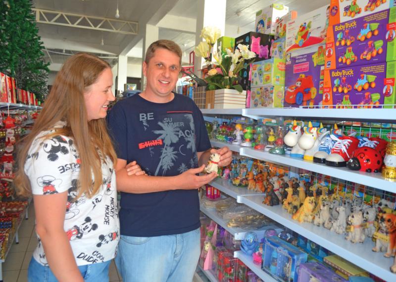 O casal é proprietário de uma loja de presentes e artigos