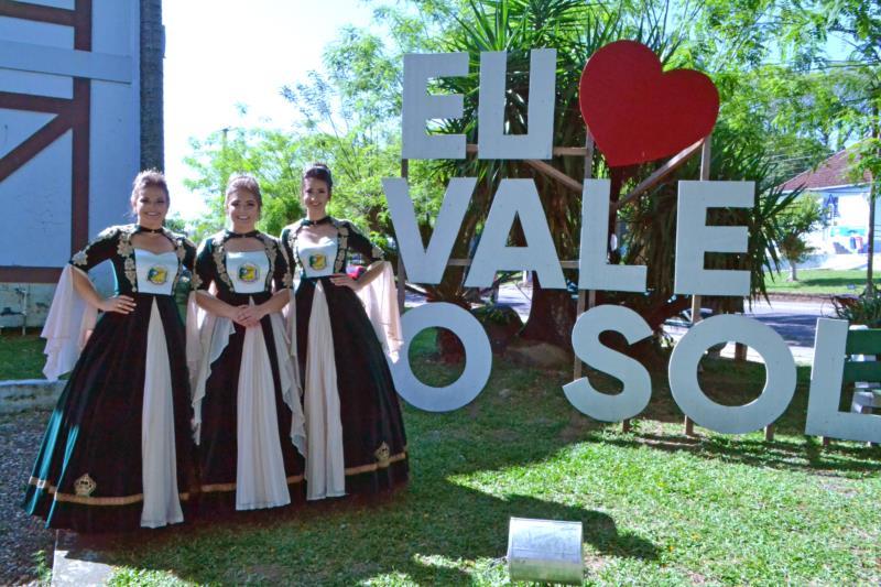 Soberanas apresentaram os vestidos no sábado, dia 7