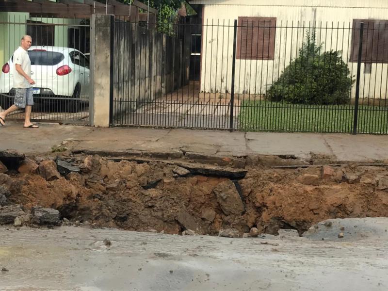 Devido aos serviços da Corsan, na Rua São José, nos fundos do Cemitério Municipal, o trânsito está sendo desviado