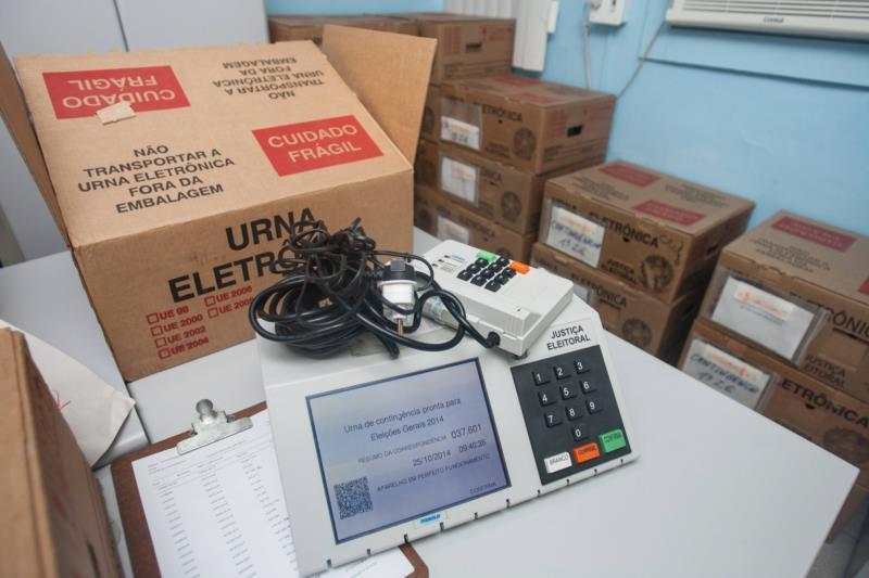 Após a preparação e a lacração, as urnas eletrônicas estão prontas para serem transportadas aos locais de votação