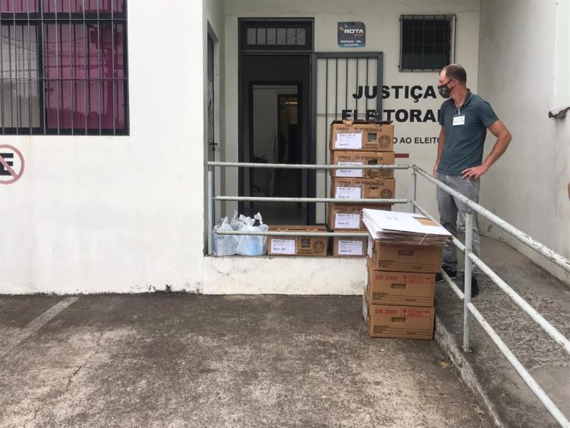 Justiça Eleitoral começa transporte de urnas para seções na região