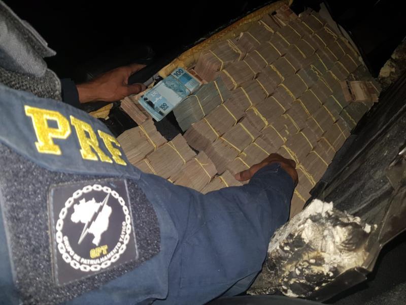 Dinheiro era transportado em compartimentos ocultos de um carro por um homem com antecedentes por roubo