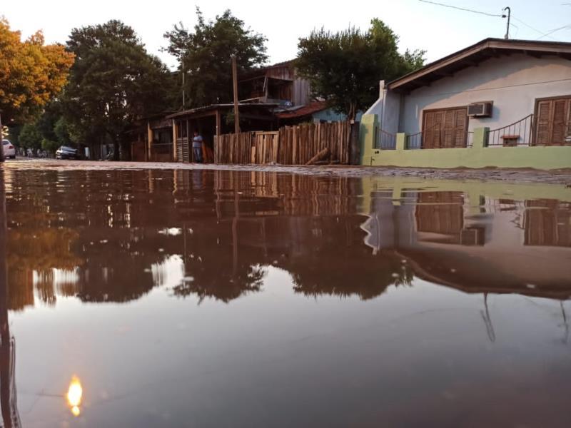 Moradores têm pátio alagado após rompimento de adutora no bairro Bom Jesus