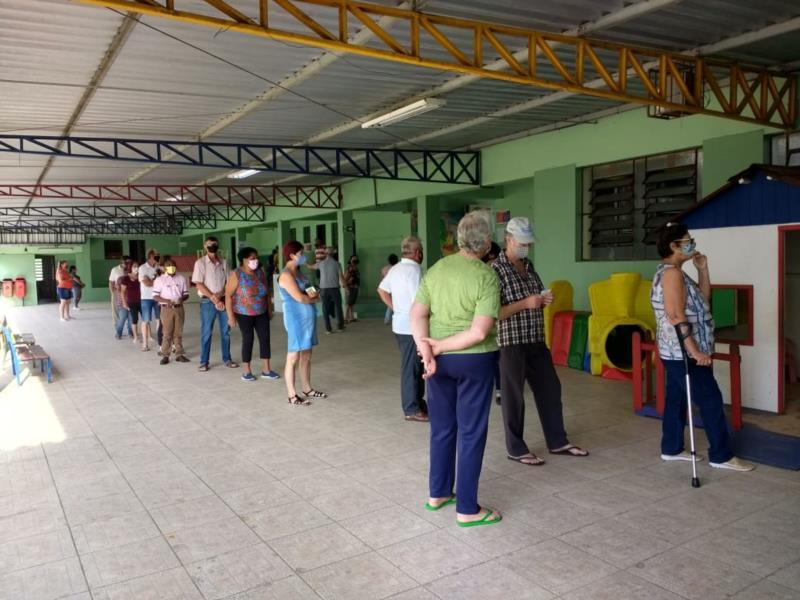 Grupo prioritário está desde cedo na rua para exercer seu direito de votar