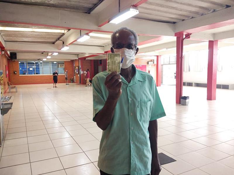 Mesmo tendo feito cirurgia recente, Veronil fez questão de ir votar, aos 72 anos