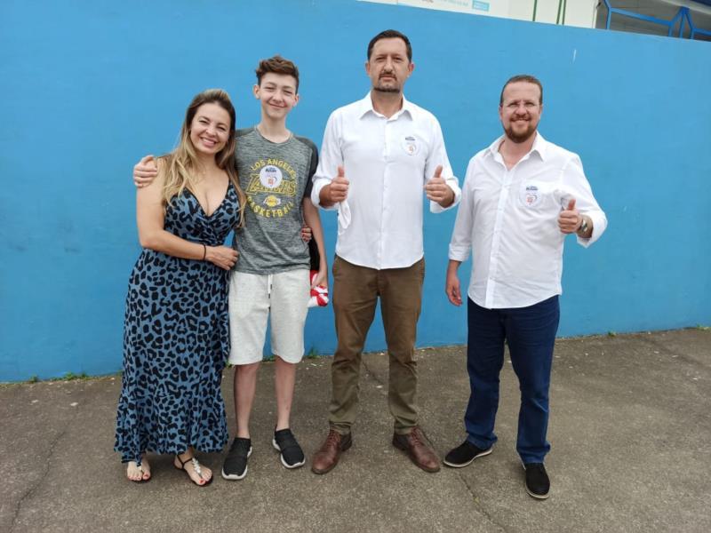 Alex votou acompanhado de familiares e do candidato a vice-prefeito Fabiano Dupont