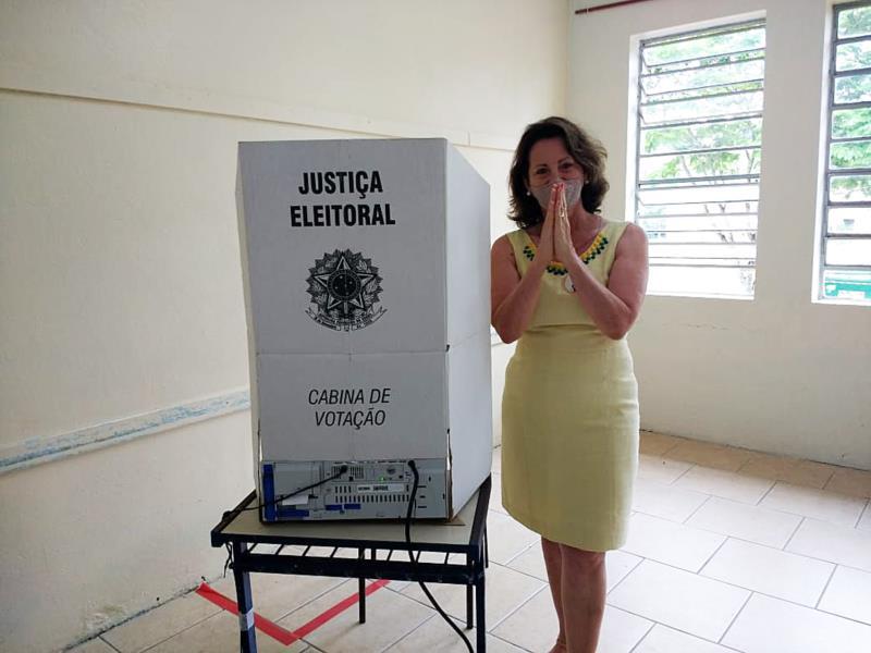 Rosane Petry foi a terceira candidata a votar, também na Escola Hannemann