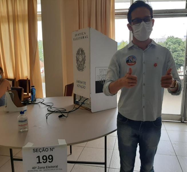 Candidato à Prefeitura de Santa Cruz votou no fim da manhã deste domingo no União Corinthians