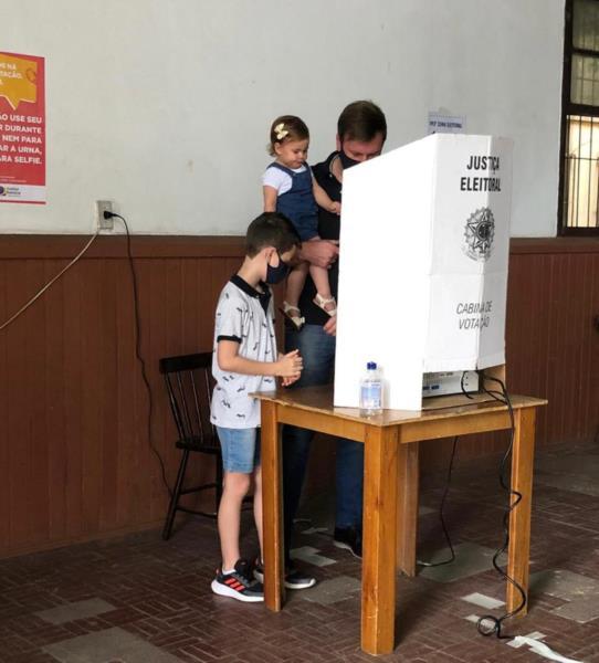 Candidato votou acompanhado dos filhos
