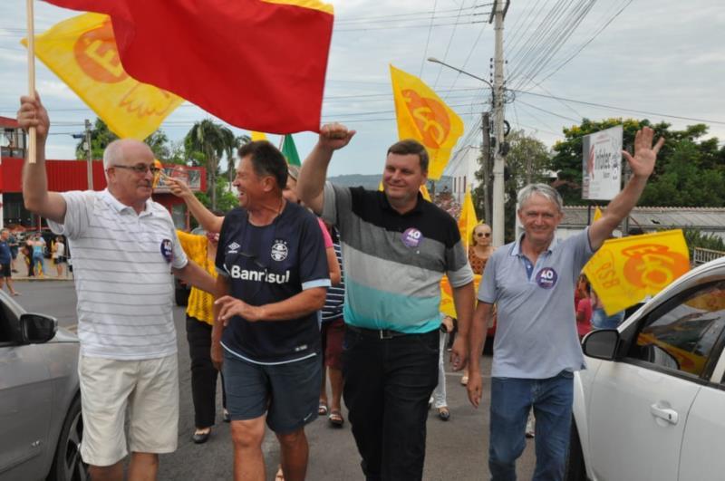Apoiadores e simpatizantes de Gilson e Claudério realizaram uma passeata até a Praça José Bonifácio