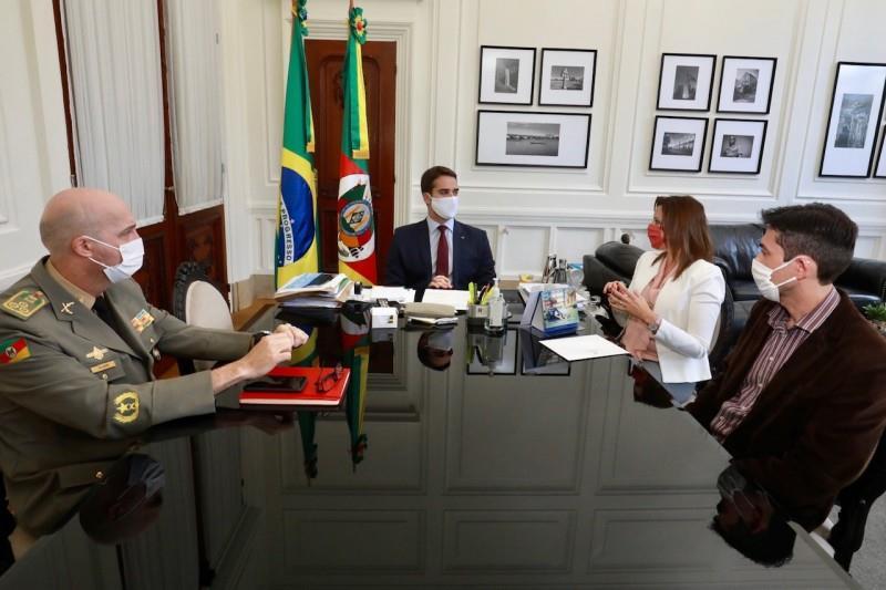 Governador em reunião com o coronel Mohr, comandante-geral da BM; a delegada Nadine, chefe de Polícia; e delegado Bodoia