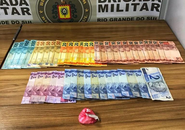 Durante a abordagem, foram encontradas com o homem 11 gramas de cocaína e R$ 949