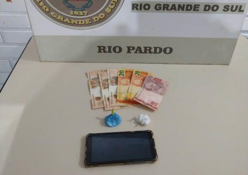 Com a dupla foram apreendidas duas porções de cocaína, um celular e dinheiro