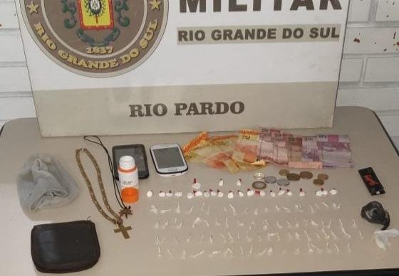 Foram apreendidas 80 porções de crack, 23 buchas de cocaína e dinheiro