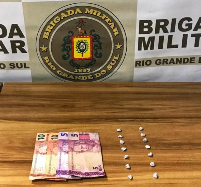 Foram apreendidas 14 pedras de crack e uma quantia em dinheiro