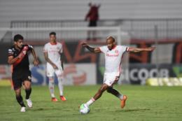 Galhardo perde pênalti, Inter empata com o Atlético-GO e segue em queda no Brasileirão