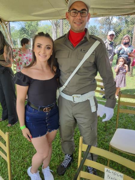 Ao lado da esposa, Fernanda Tatiane Pereira