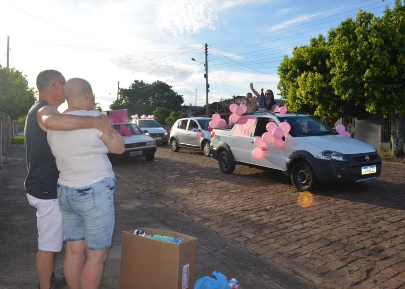 Rosane e Toninho acompanharam a procissão de carros em frente à casa onde moram