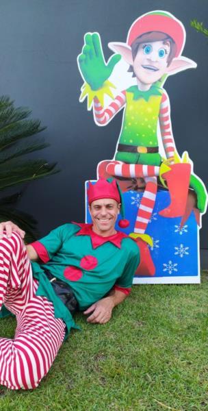 Em dezembro, o empresário se transforma para alegrar o Natal das crianças