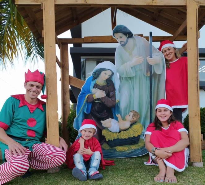 Licério com a esposa Deise e os filhos Valentina e Benjamim