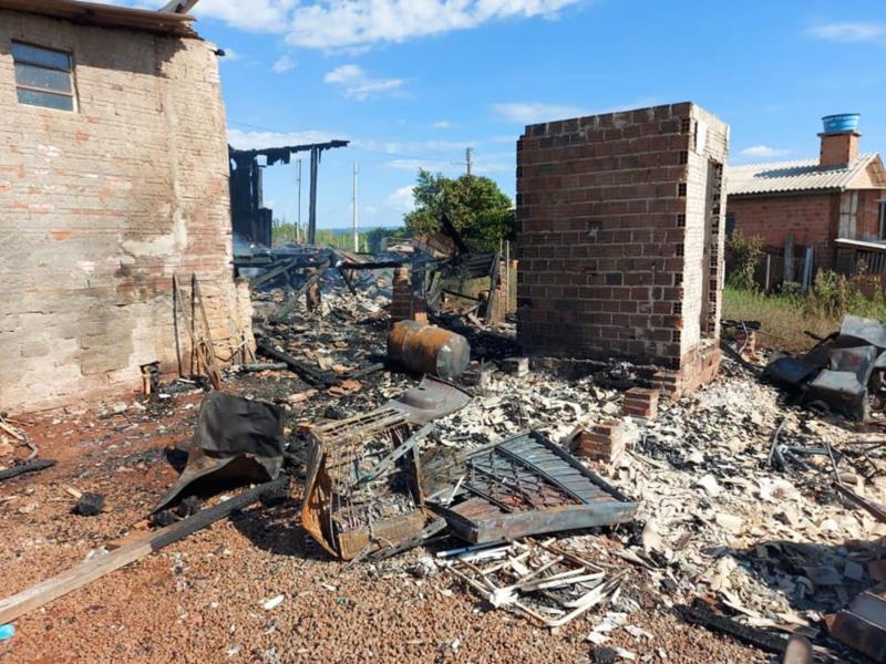 A moradia foi totalmente destruída pelo fogo