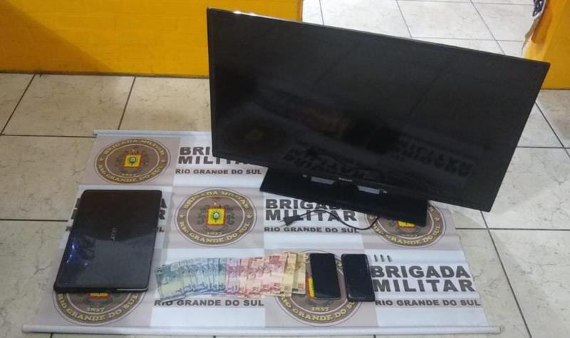 Criminosos roubaram televisão, celulares, dinheiro e outros pertencentes