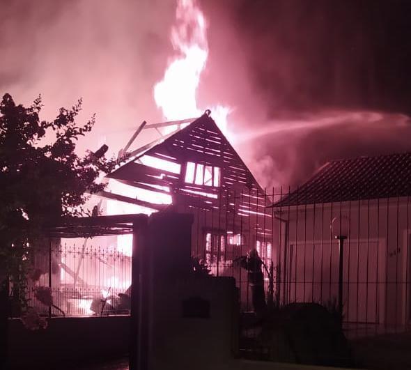 Incêndio foi registrado no início da madrugada deste sábado