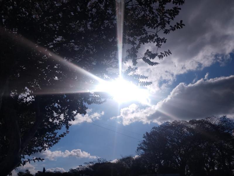 Apesar da chuva em alguns períodos, o sol também aparece e o calor se fará presente