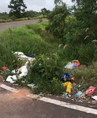 Lixo foi visto na manhã deste domingo