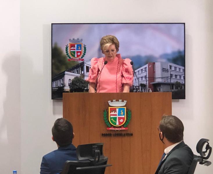 """""""Não faltarão esforços para retribuir a confiança depositada pela população"""", diz Helena Hermany durante posse"""