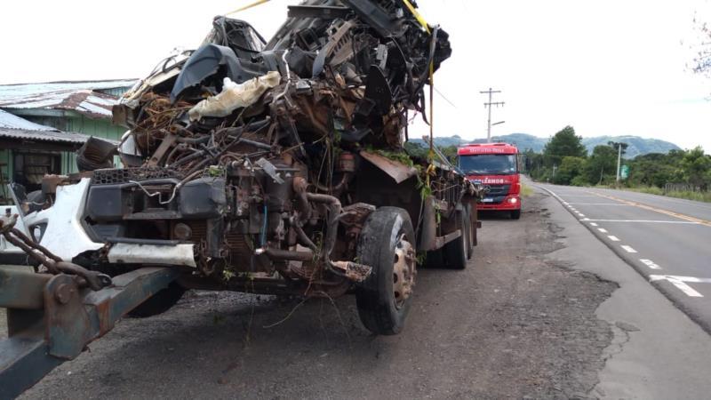 Caminhão ficou completamente destruído