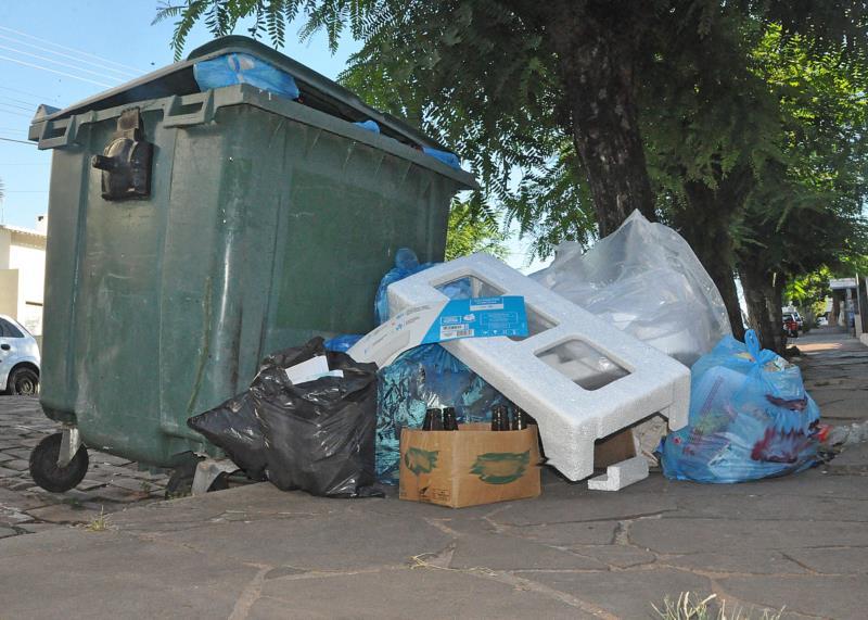 Lixo acumulado pela demora no recolhimento gerou reclamações da comunidade