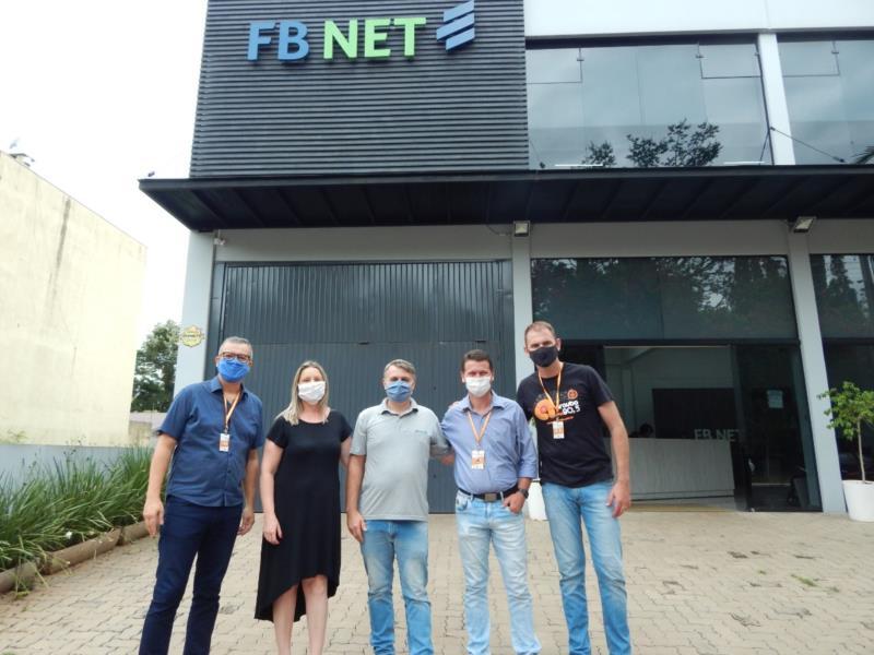 Equipe Arauto FM com os proprietários