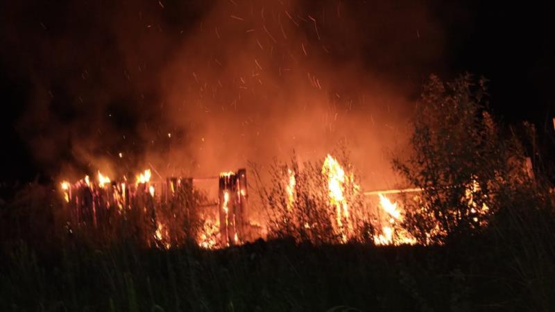 Incêndio em um chalé foi registrado na madrugada desta quarta-feira