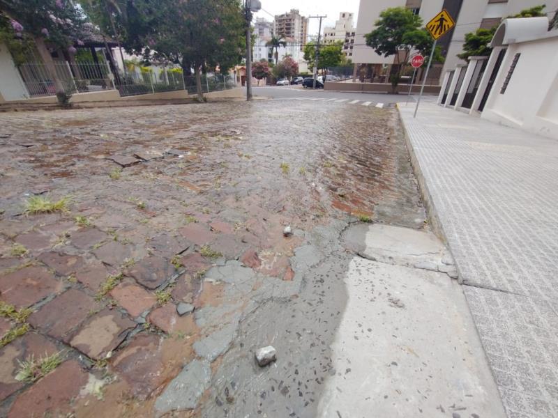 Vazamento na rua Guilherme Hansel com a Gaspar Silveira Martins