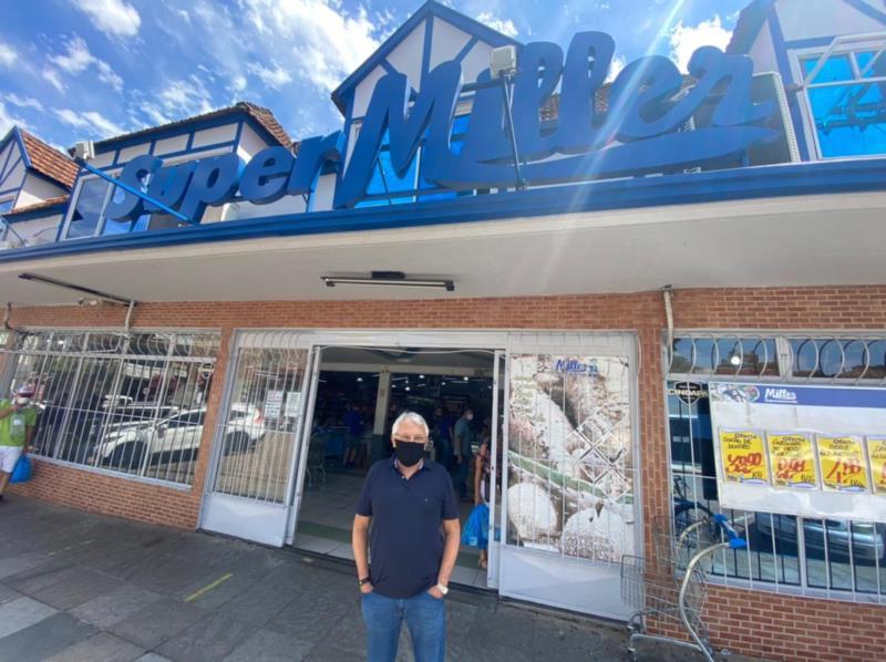 Celso Müller recebeu a Coluna Feed de Negócios na matriz da Rua Ramiro Barcelos, no centro