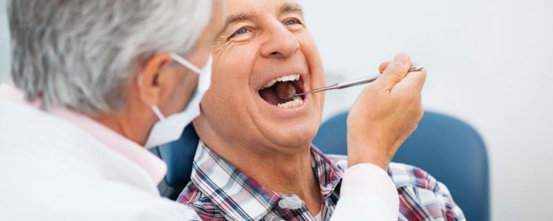 Cuidados com a saúde bucal dos idosos devem ser redobrados em meio à pandemia