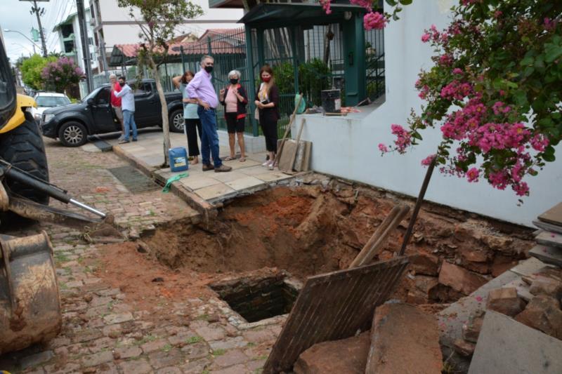 Em virtude da enxurrada da semana passada, a rede de escoamento não suportou o volume de água e desabou