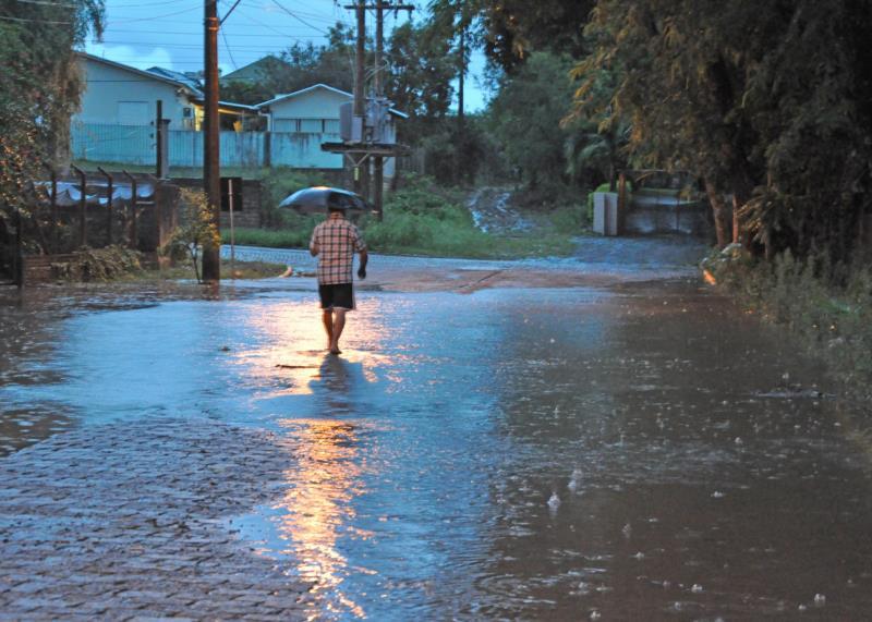 Água da chuva invadiu ruas e residências, elevando risco de contaminação