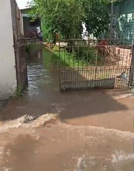 Água invadiu pátios de residências