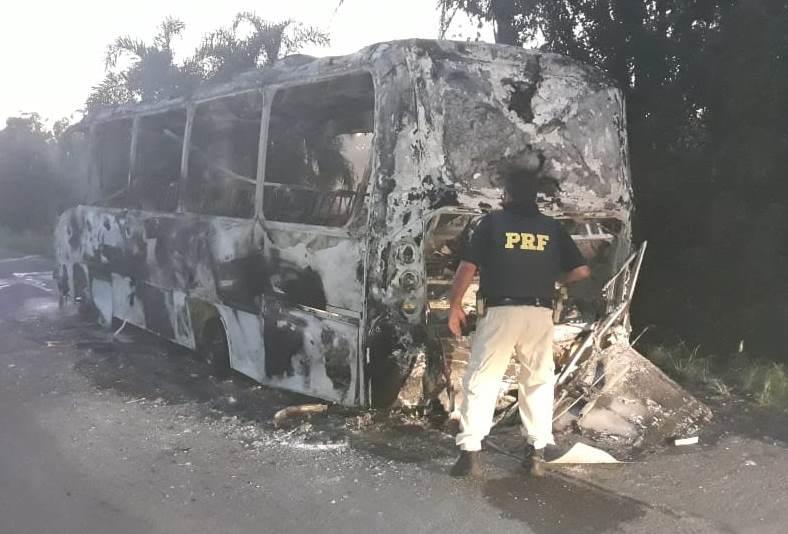 Micro-ônibus pega fogo na BR-290