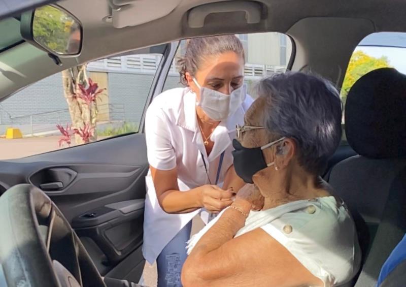 Vacinação drive-thru de idosos acima de 85 anos segue no final de semana, segunda e terça