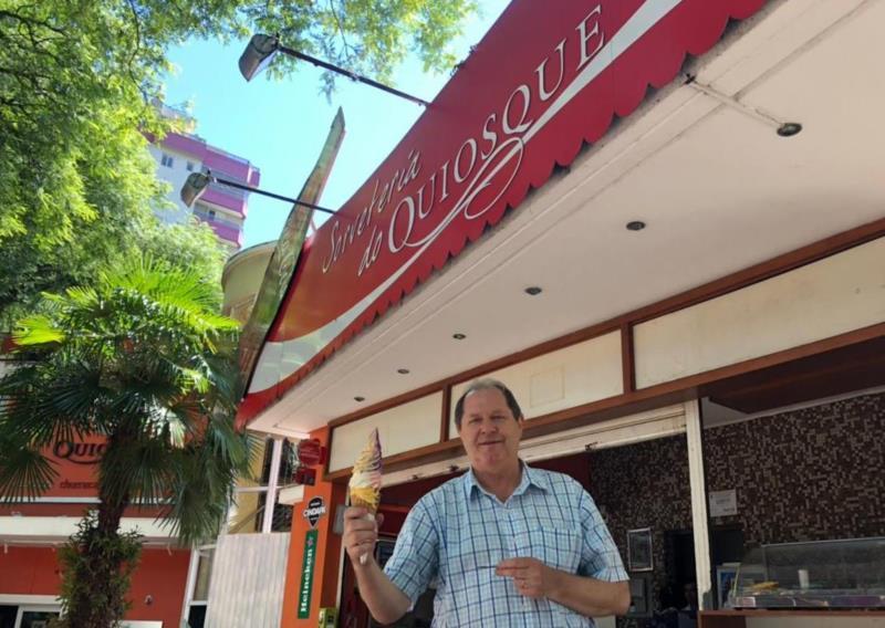 Erni Dockhorn iniciou atuando como sorveteiro e hoje administra o Quiosque da Praça