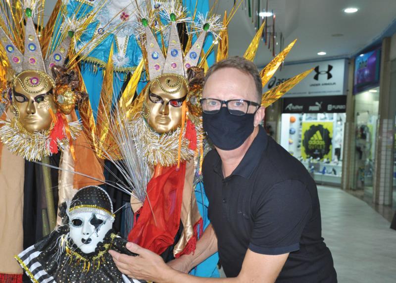 Sérgio mostra orgulhoso as decorações dispostas pelo Shopping Santa Cruz