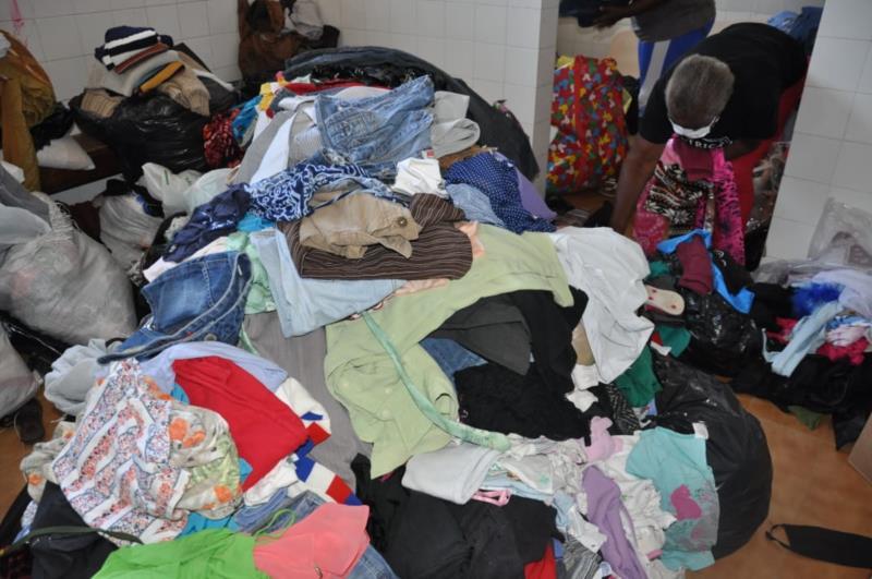 Famílias já chegam para buscar as doações no Ginásio em Vera Cruz